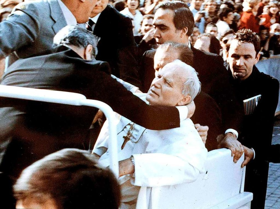 Attentat am 13. Mai 1981 auf dem Peter...fen bricht Johannes Paul II. zusammen.  | Foto: Str (dpa)