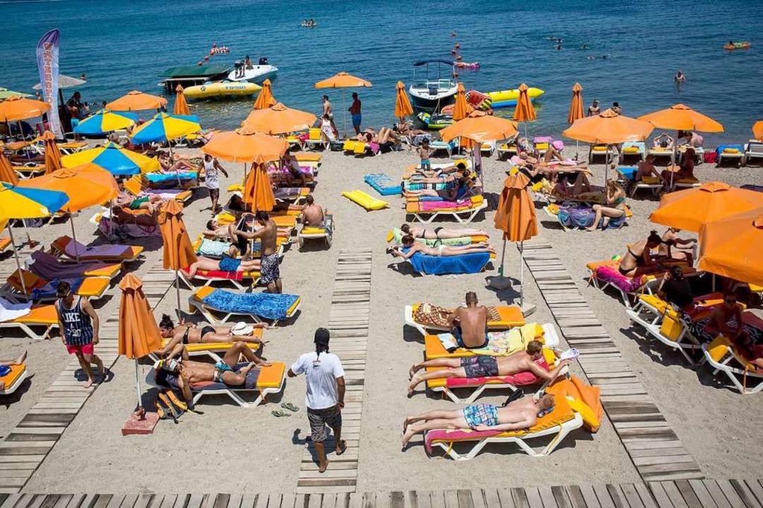 Strandurlauber am Mittelmeer.  | Foto: Santi Palacios (dpa)