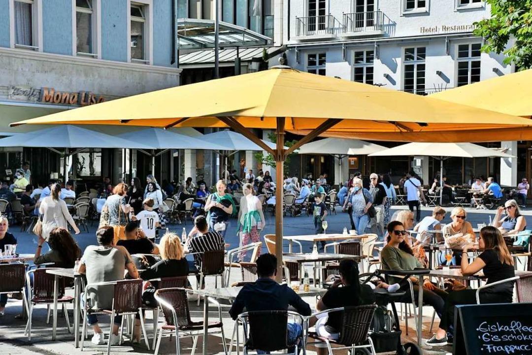Am ersten Tag der mit geöffneten Cafés...ch in Lörrach noch einige Tische leer.  | Foto: Barbara Ruda