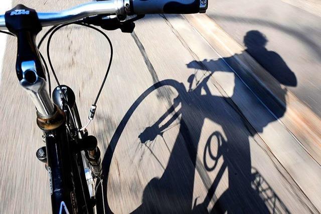 Zwei Radfahrer verletzen sich bei Zusammenstoß in Freiburg schwer