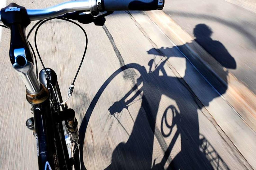 Zwei Fahrradfahrer sind aus bislang un...e Verletzungen zugezogen (Symbolbild).  | Foto: Ingo Schneider