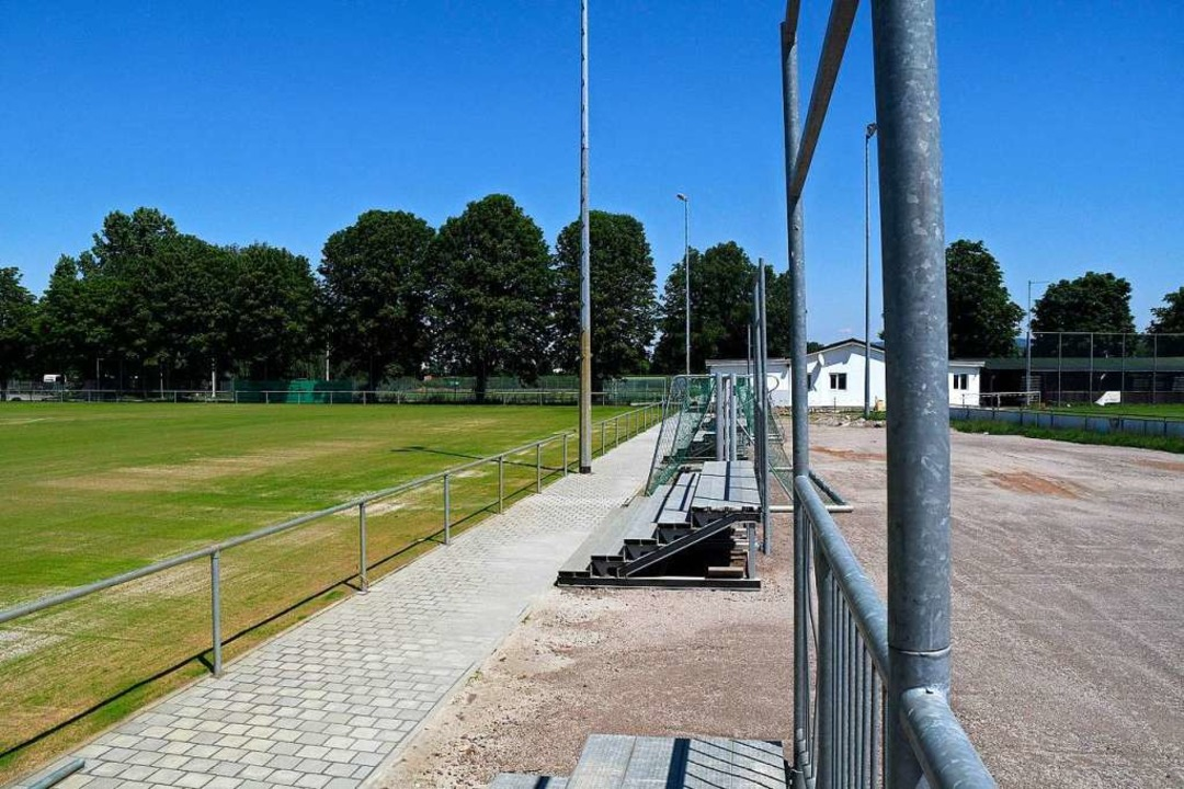 Links liegt der neue Platz, im Hintergrund das Vereinsheim des FVL.  | Foto: Bettina Schaller