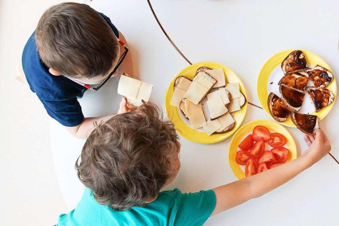 In Kindergärten und Kitas ist es nahez...ich den direkten Kontakt zu vermeiden.  | Foto: Sebastian Kahnert (dpa)