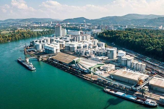 28-Tonnen-Bagger stürzt beim Umladen in den Rhein bei Basel