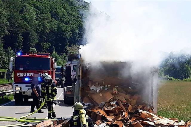 Altpapier brennt während der Fahrt auf einem Lastwagenanhänger