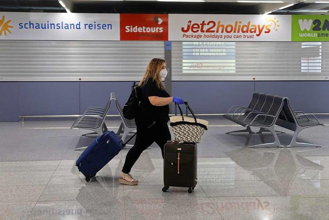 Mundschutz ist Pflicht auf Flughäfen i...dern, darunter auch Baden-Württemberg.  | Foto: Clara Margais (dpa)