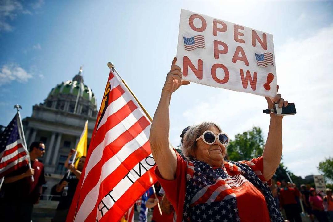 Teilnehmerin einer Demonstration gegen... (Öffnen Sie PA (Pennsylvania) jetzt!)  | Foto: Matt Rourke (dpa)