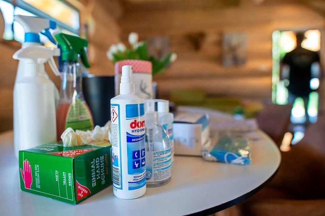 Desinfektionsmittel spielen auch bei der OB-Wahl am Sonntag eine wichtige Rolle.  | Foto: Klaus-Dietmar Gabbert (dpa)