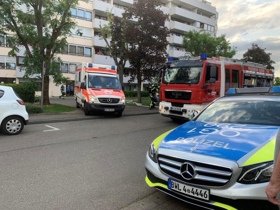Krankentransporter fährt vom Ort des Geschehens ab.    Foto: Roland Spether