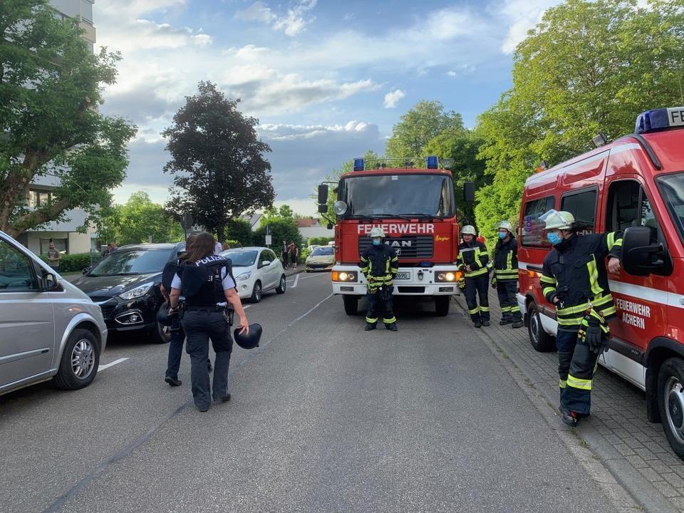 Polizisten in Ausrüstung wie ein Sonde...mando am Ort des Geschehens in Achern.    Foto: Roland Spether