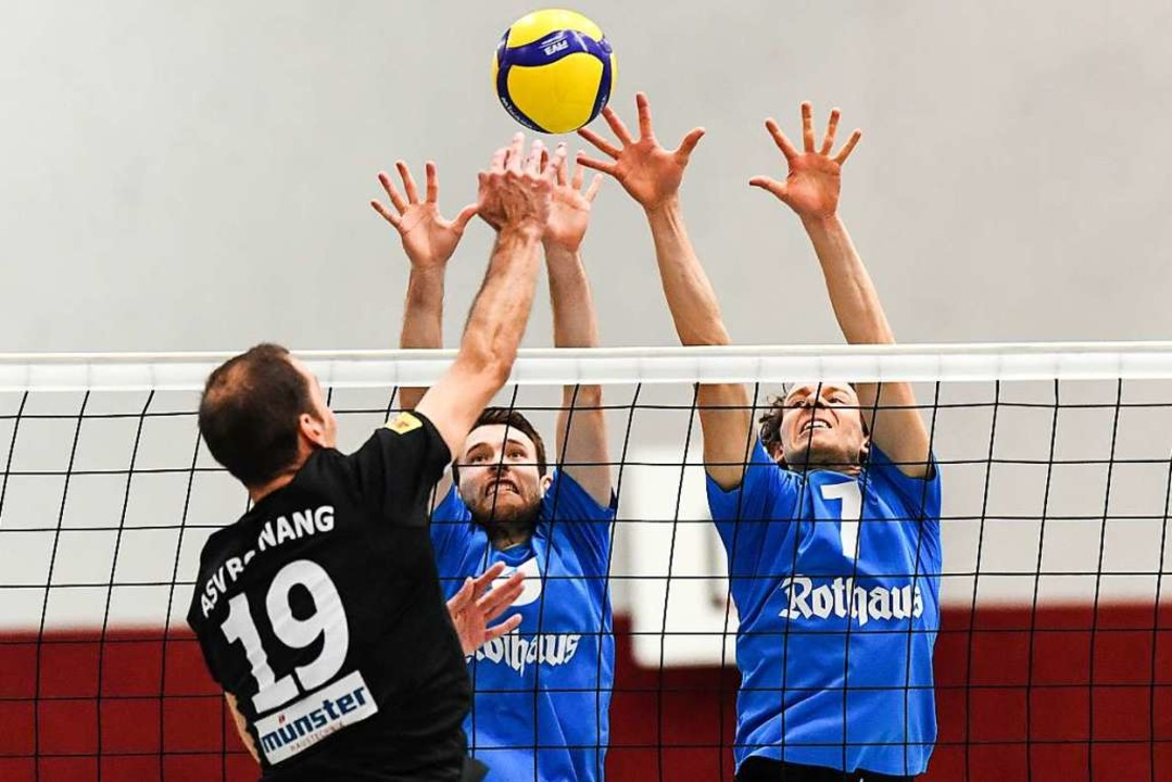 Gemeinsam hoch: Die Freiburger Torge V...ng am Netz in der dritten Liga wieder.  | Foto: Patrick Seeger