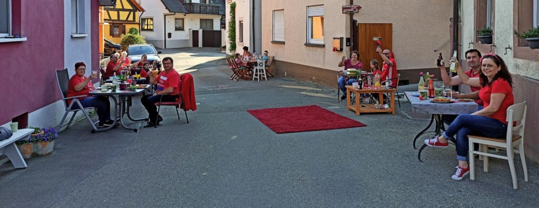 Dinner in red - das feierten in Königs...tanz am Samstagabend im Kirchengraben.  | Foto: Privat