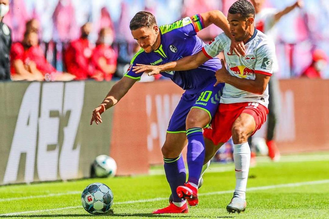 Aus dieser Perspektive Bundesliga-Allt...ünter (links) im Duell mit Tyler Adams  | Foto: Jan Woitas (dpa)