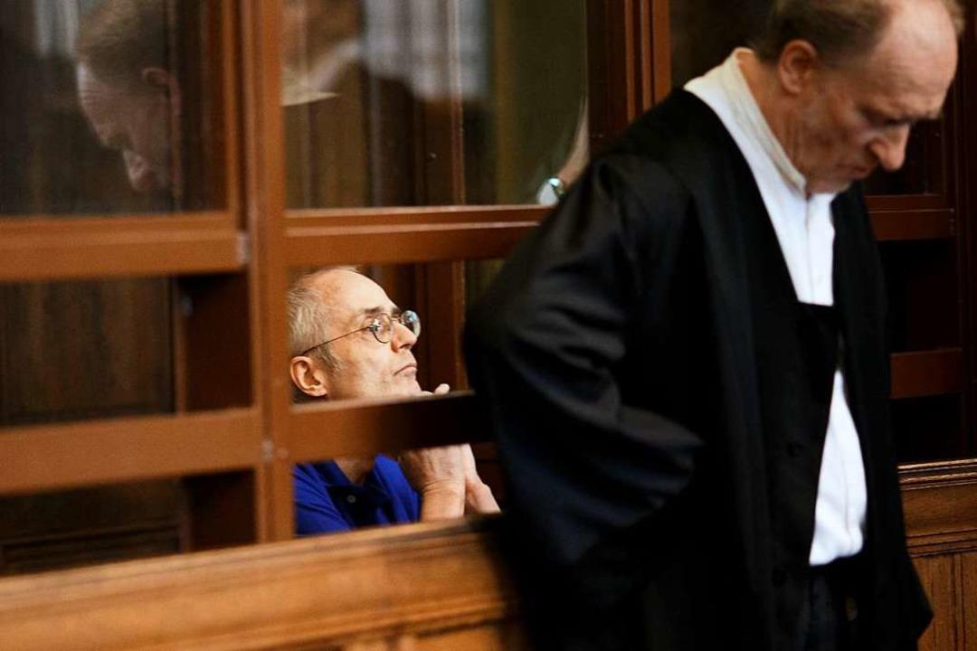Der 57-jährige Angeklagte sitzt hinter seinem Verteidiger.  | Foto: Carsten Koall (dpa)