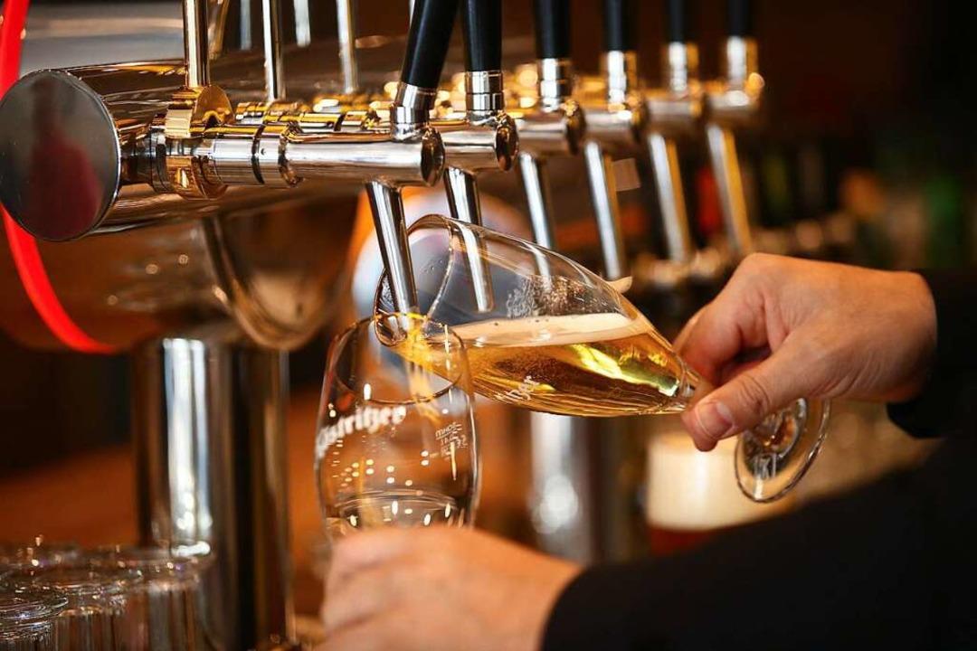 Das Fassbiergeschäft ist den Ortenauer Brauereien in diesem Jahr weggebrochen.  | Foto: Bodo Schackow (dpa)
