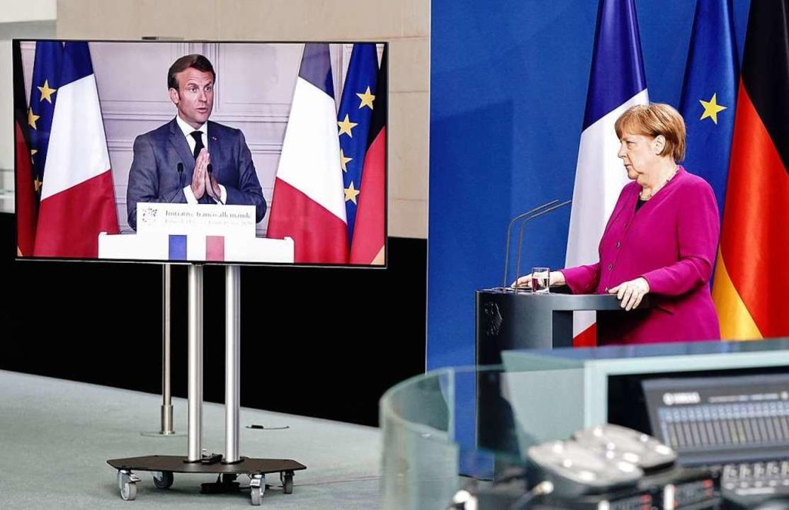 Der französische Präsident Emmanuel Ma... einen Weg aus der europäischen Krise.  | Foto: KAY NIETFELD (AFP)