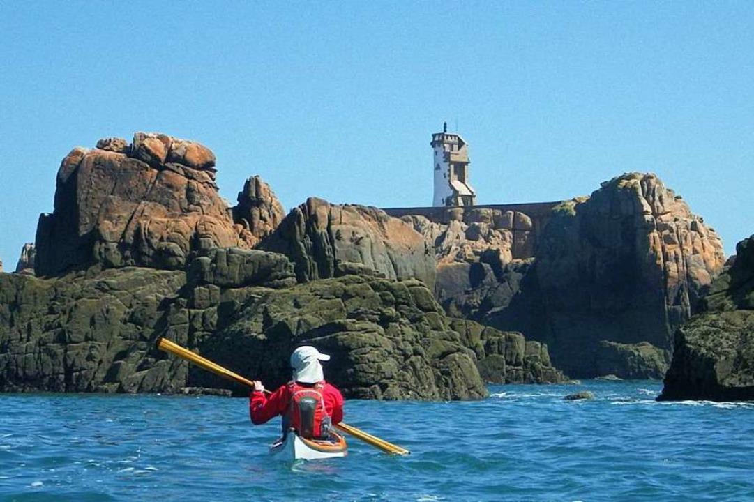 Bis zu acht Stunden im Seekajak: ein e... Blick auf die Île de Bréhat, Bretagne  | Foto: Kai Urban