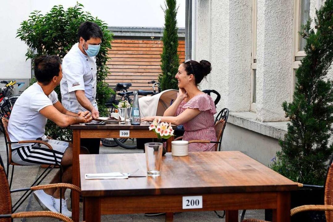 """In """"Drexlers Wein und Essen&#822...an sechs Tischen im Innenhof bedienen.    Foto: Thomas Kunz"""