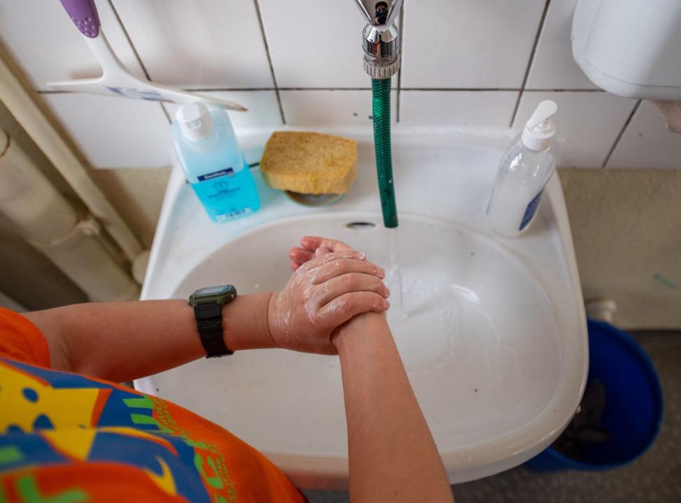 Ganz wichtig: Hände waschen.  | Foto: Robert Michael (dpa)