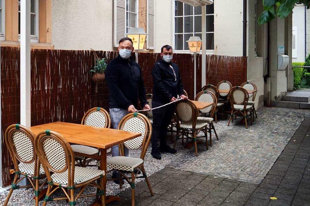 Mit Zollstock bereiteten  die Betreibe...e Wiedereröffnung des Restaurants vor.  | Foto: Silke Hartenstein