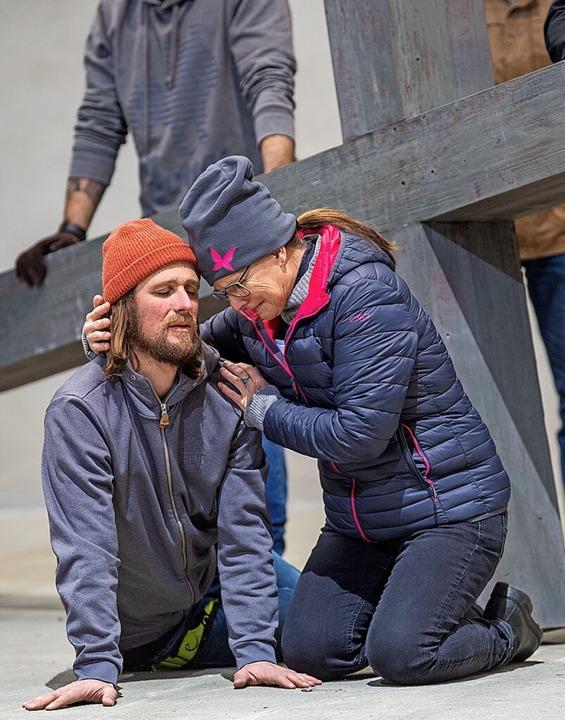 Frederik Mayet, in der Rolle des Jesus...einer Probe Anfang März auf der Bühne.  | Foto: Lino Mirgeler