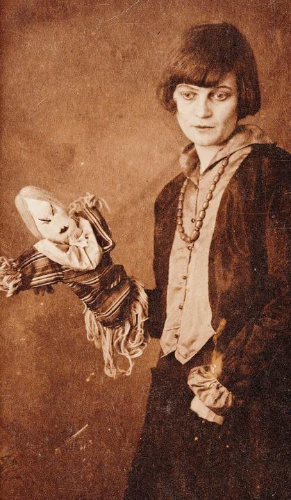 Emmy Hennings mit Dada-Puppe, Zürich 1916    Foto: Schweizerisches Literaturarchiv