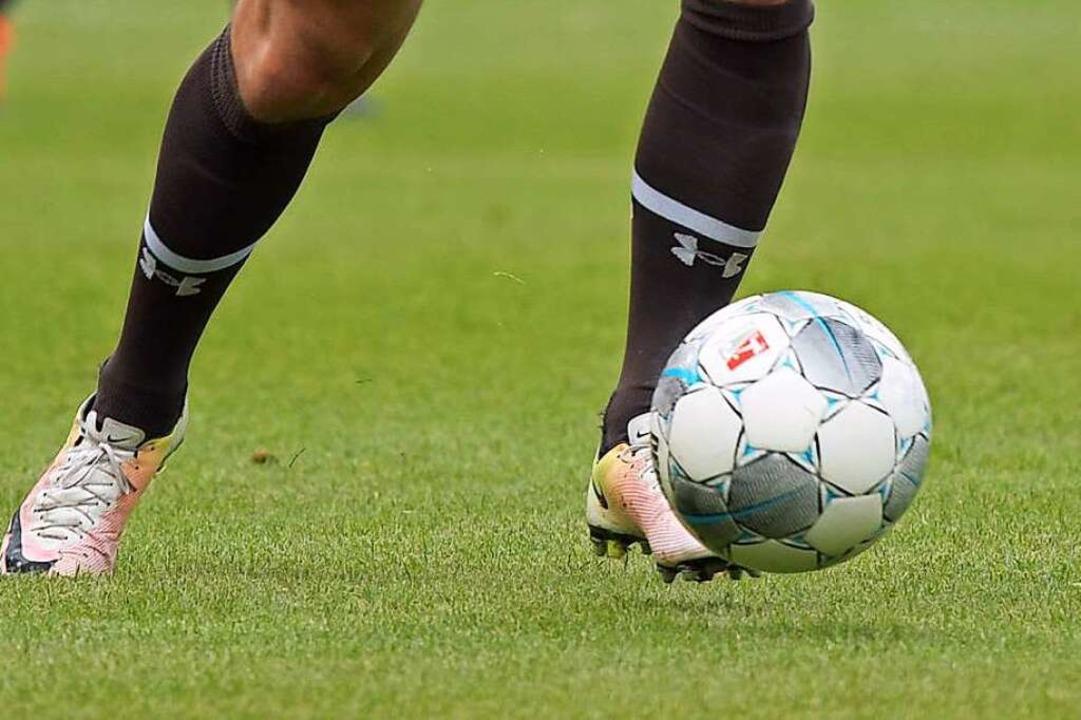 Fußballspielen ohne Zweikampf und Körp...eb nur, wenn Abstand eingehalten wird.    Foto: Axel Heimken (dpa)