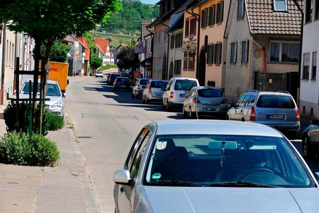 Viele Straßen, wie hier die Hauptstraße, sind  in Bötzingen sind zugeparkt.  | Foto: Manfred Frietsch