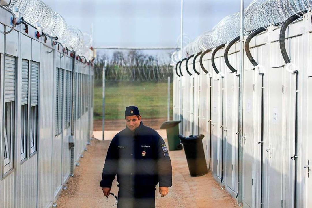 Ein ungarischer Polizist patrouilliert...Asylsuchende an der Grenze zu Serbien.  | Foto: Sandor Ujvari (dpa)
