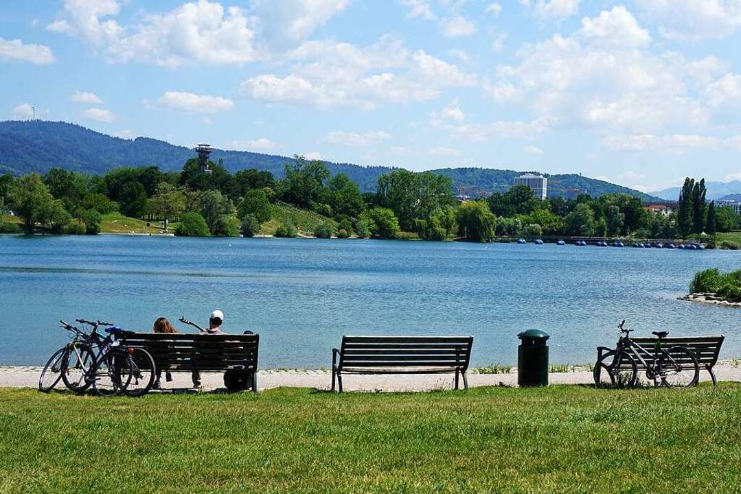 So lässt's sich leben,  auch in ...mit der Gitarre im Freiburger Seepark.    Foto: Fabian Vögtle