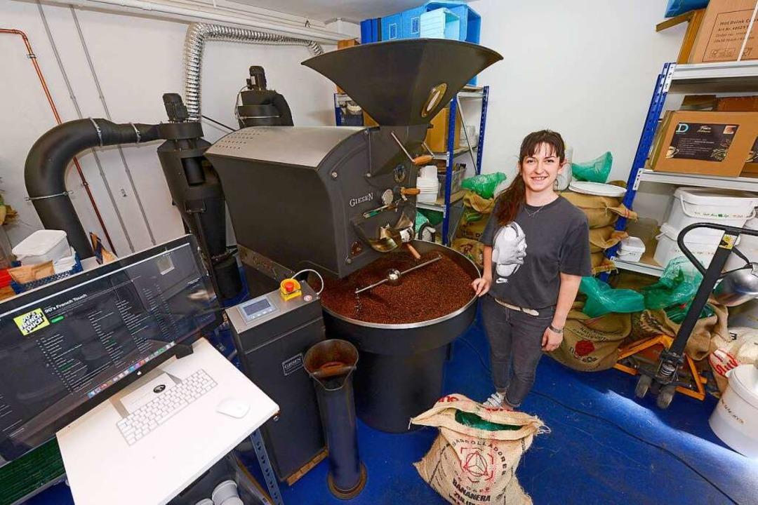 Die Röstmaschine läuft und läuft bei Aurore Ceretta in Günter Coffee Roasters.    Foto: Ingo Schneider