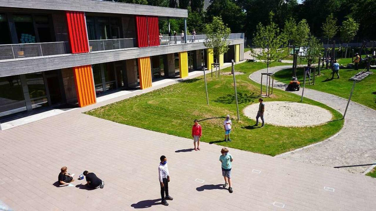 So geht Pause mit Abstand: die einen  ...le, die anderen  auf der Dachterrasse.    Foto: Fabian Vögtle