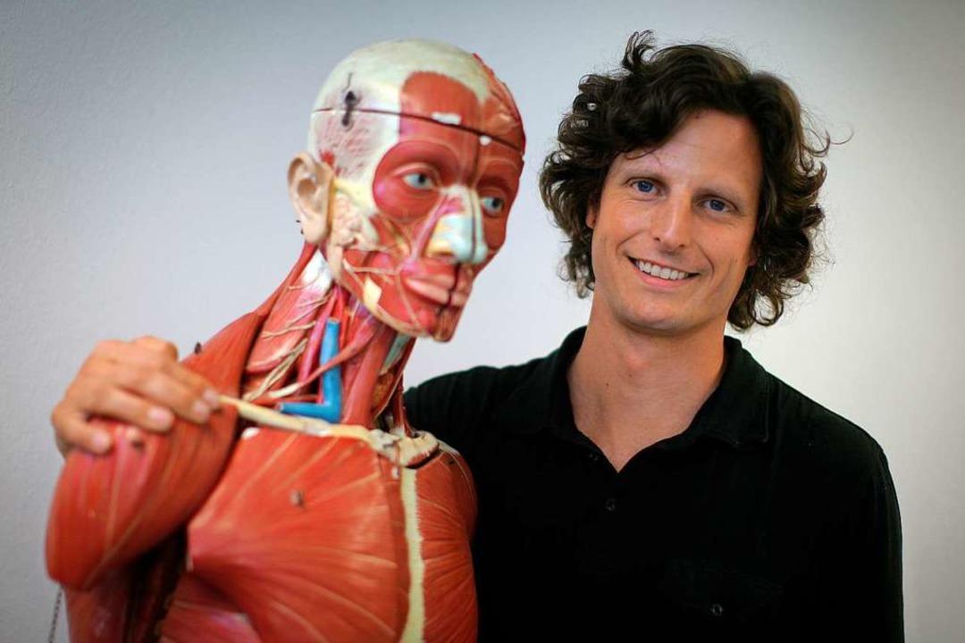 Perikles Simon mit einem Modell des Menschen  | Foto: Fredrik von Erichsen