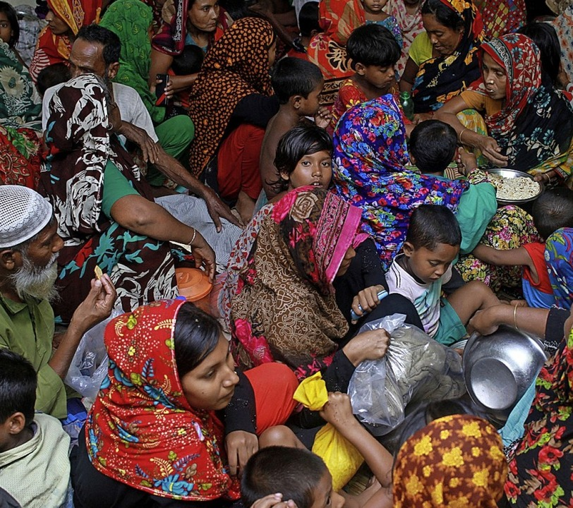 Trotz Angst vor Corona: Menschen dräng...h  in einem Schutzraum in Bangladesch.  | Foto: Abu Sufian Jewel (dpa)