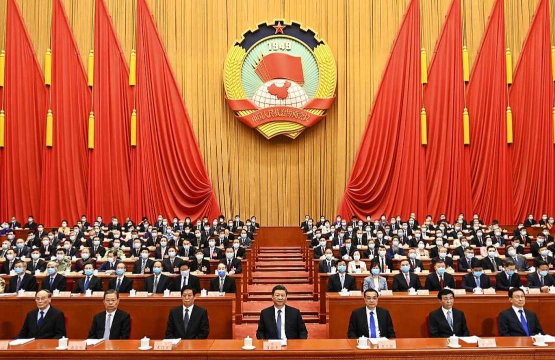 Chinas Präsident Xi Jinping (Mitte) un...le Volkskongress ist Chinas Parlament.  | Foto: Li Xueren (dpa)