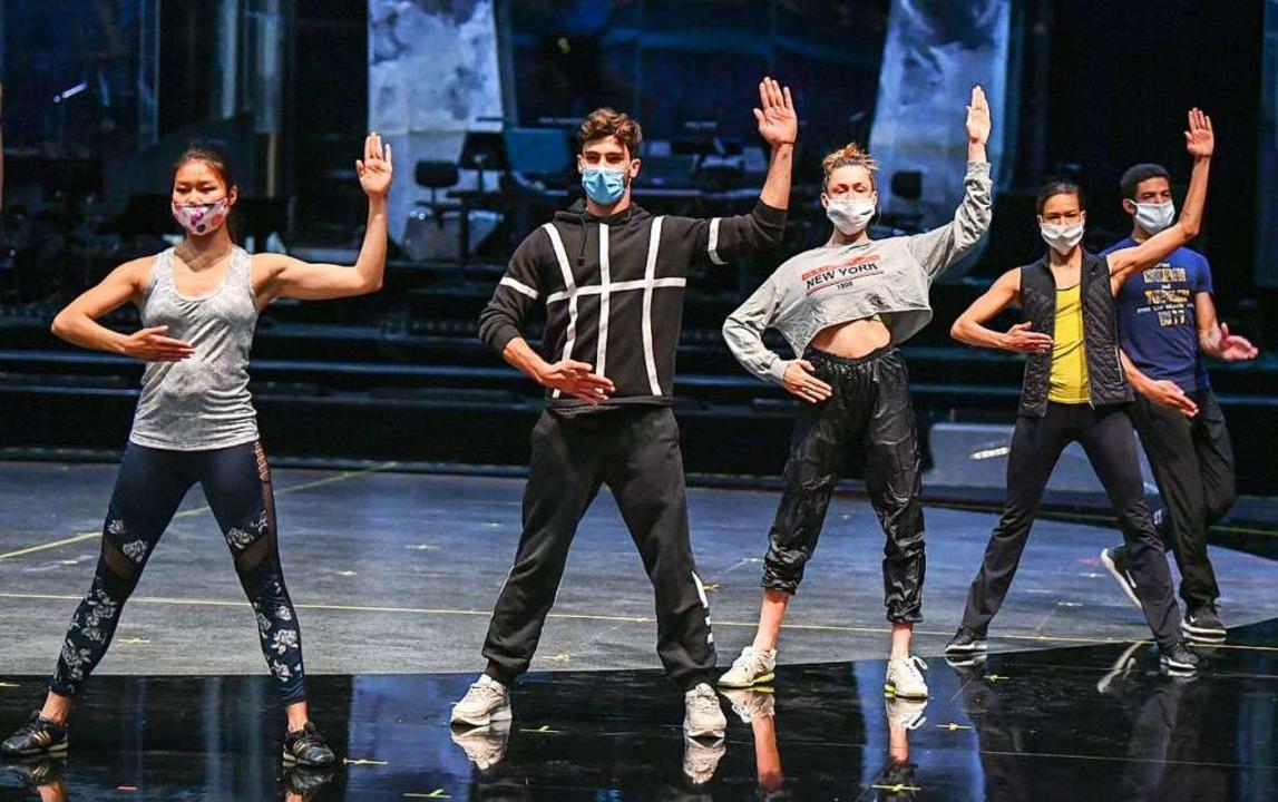 Tänzerinnen und Tänzer des Friedrichstadtpalast bei Proben zur TV-Show.  | Foto: Jens Kalaene (dpa)