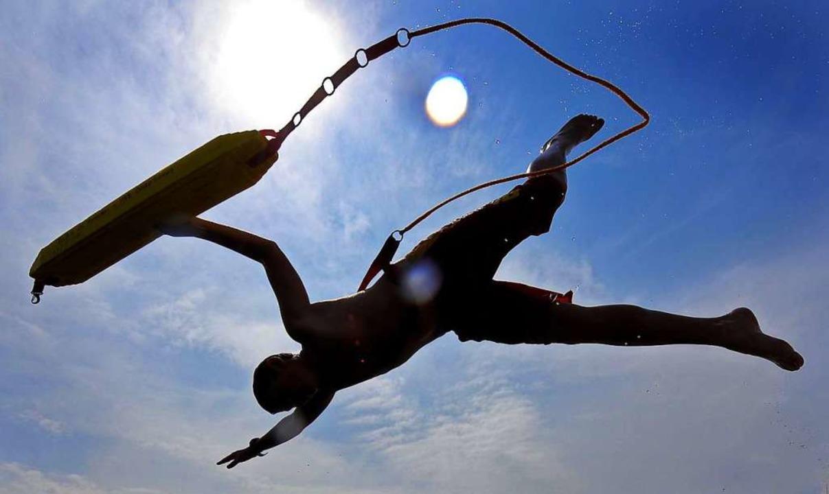 Rettungsschwimmer bei einer Übung (Symbolbild)  | Foto: Peter Steffen