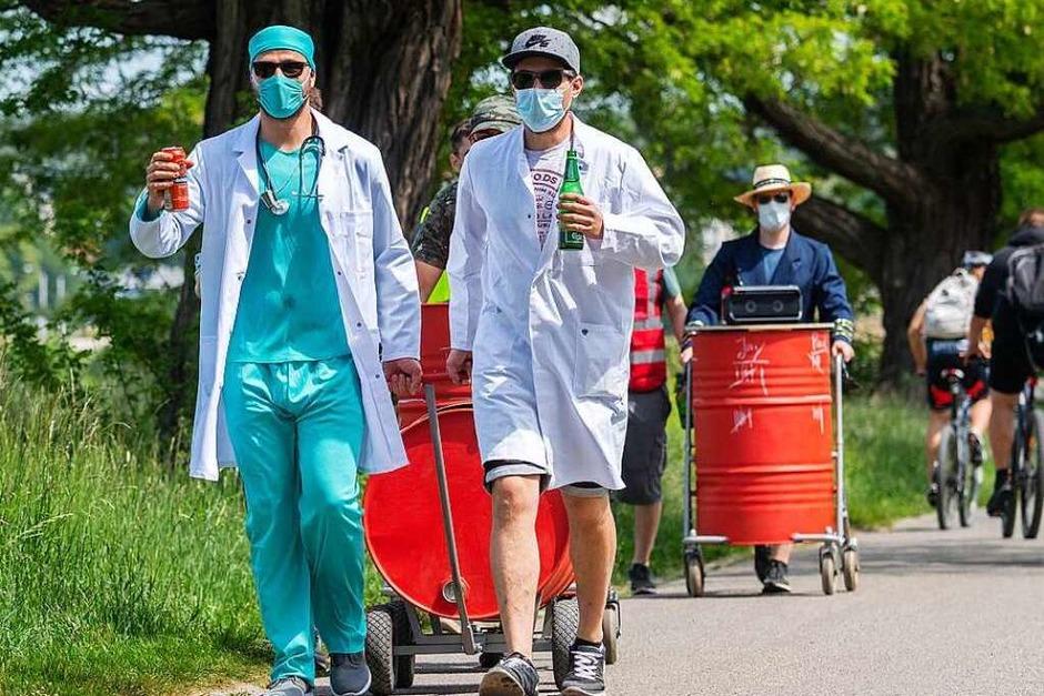 Immerhin mit Mundschutz: Diese Männer in Dresden nutzten den Vatertag, um sich als Klinikmitarbeiter zu verkleiden. (Foto: Robert Michael (dpa))