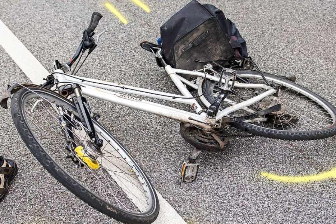 Der Radfahrer trug keinen Helm und zog...were Kopfverletzungen zu (Symbolbild).  | Foto: Daniel Bockwoldt