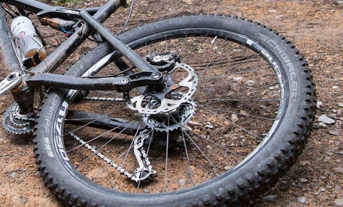 Der Mountainbiker stürzte, als er auf ...usammenstoß mit einem überholenden VW.  | Foto: Marijan Murat