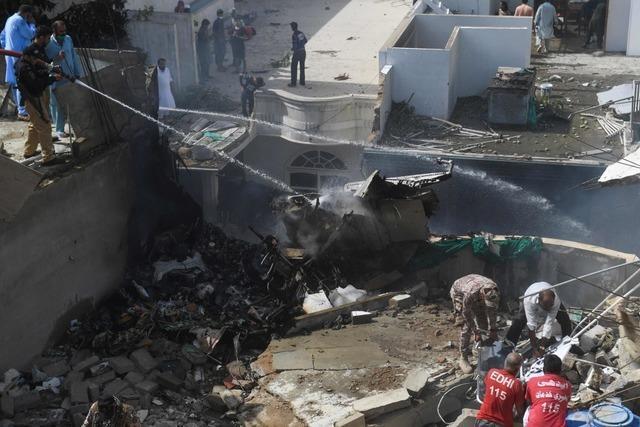 Passagierflugzeug stürzt über Wohnviertel in Karachi ab