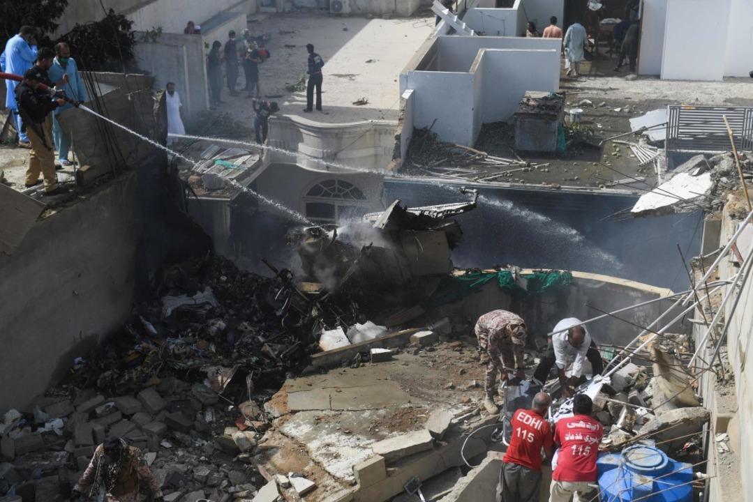 Die Absturzstelle in einem Wohngebiet  | Foto: ASIF HASSAN (AFP)