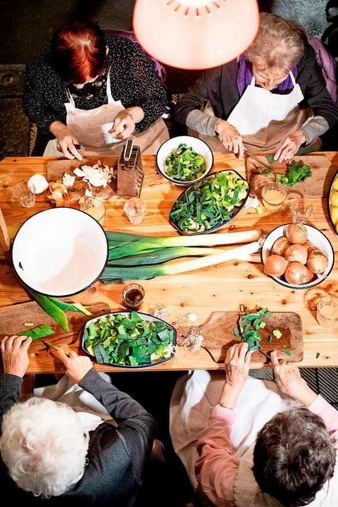 Gemeinsam kochen, gemeinsam leben: ältere Menschen in einer WG (Symbolbild).  | Foto: Zacharie Scheurer