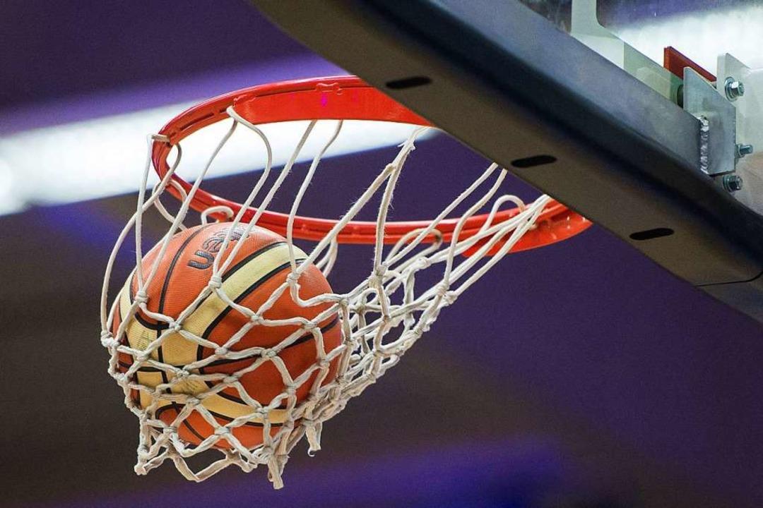 Der Ball darf demnächst wieder durch den Ring und durch die Reuse.  | Foto: Lukas Schulze (dpa)