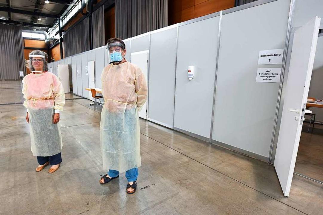 Ärzte warten vor den Behandlungsräumen in der Sick-Arena auf Patienten.  | Foto: Rita Eggstein
