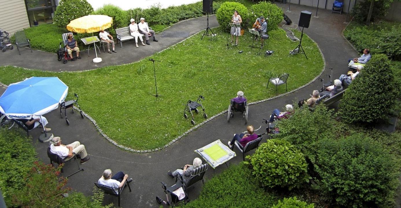 <BZ-FotoAnlauf>Seniorenwohnanlage:</BZ... Musikalische Überraschung im Innenhof  | Foto: Heika Dörflinger