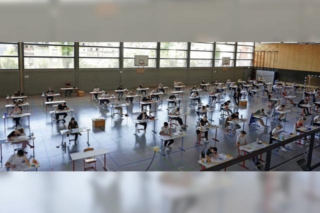 Prüfungen in der Turnhalle