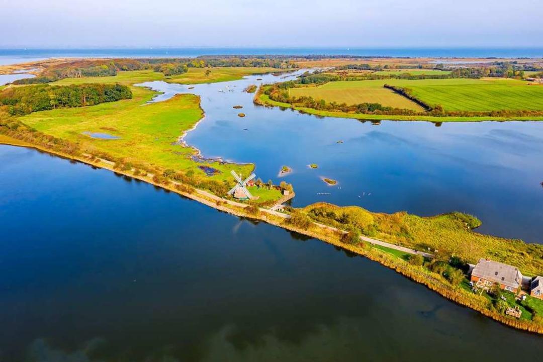 Ruhe und Idylle am Wasser genießen: Mö...Birk an der Küste Schleswig-Holsteins.  | Foto: Yorbiter Luftaufnahmen (dpa)