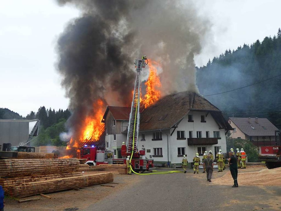 Ein Großbrand im Anwesen Läufer-Säge im Hintertal.  | Foto: Roland Gutjahr