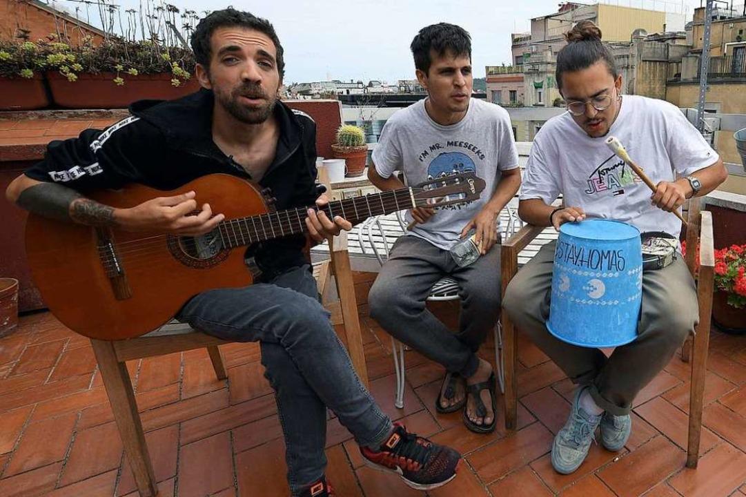 Erfolg dank Corona: Die katalanische B...Texten lieber nicht so genau hinhören.  | Foto: LLUIS GENE (AFP)